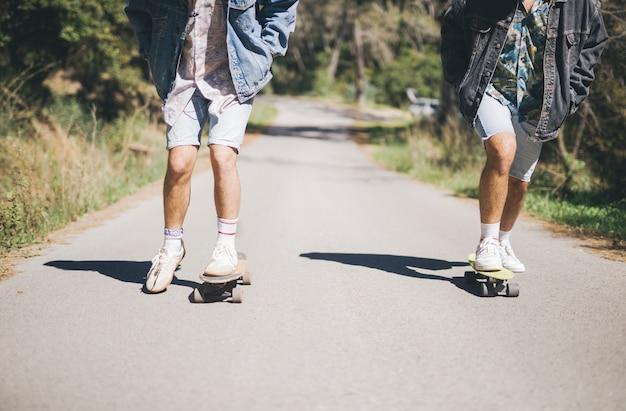 Vista dianteira, de, amigos, skateboarding