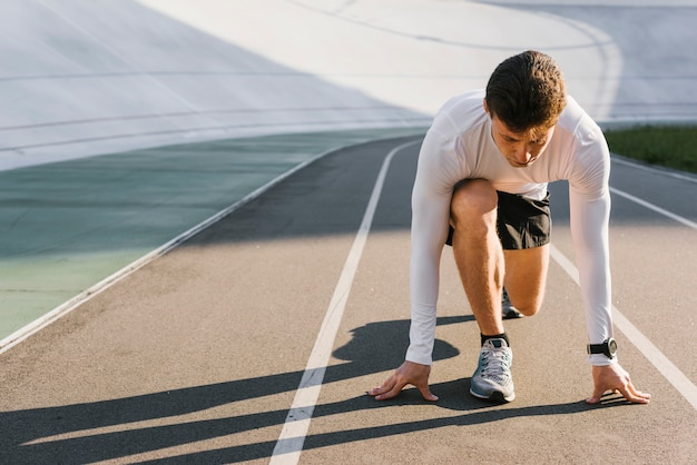 Vista dianteira, de, atleta, em, começando posição