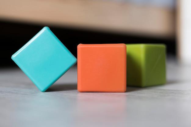 Vista dianteira, de, coloridos, cubos, ligado, chão