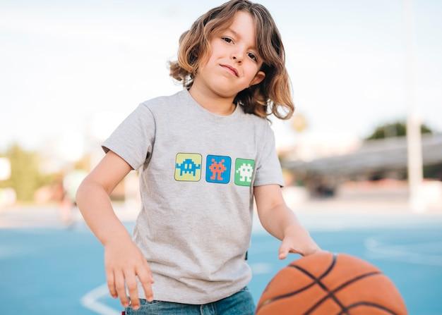 Vista dianteira, de, criança, basquetebol jogando