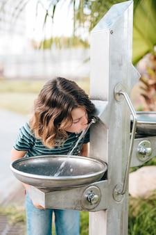 Vista dianteira, de, criança, bebendo, água