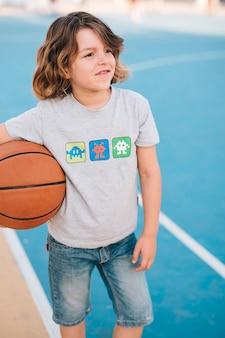 Vista dianteira, de, criança, com, basquetebol