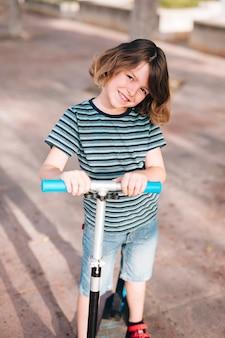 Vista dianteira, de, criança, com, scooter