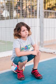 Vista dianteira, de, criança, sentando bola