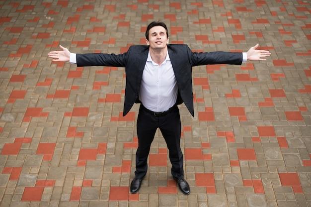 Vista dianteira, de, homem, com, braços abertos