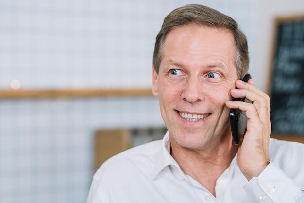 Vista dianteira, de, homem, falando telefone