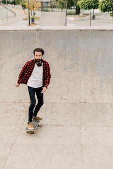 Vista dianteira, de, homem, ligado, skateboard
