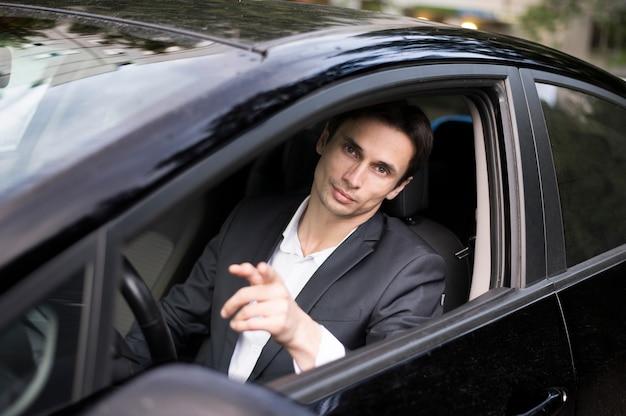 Vista dianteira, de, homem negócios, carro