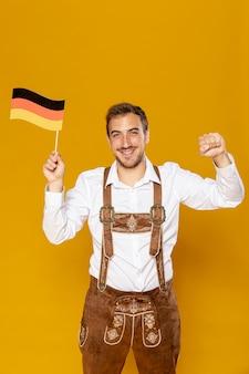 Vista dianteira, de, homem, segurando, bandeira alemã