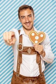 Vista dianteira, de, homem, segurando, gingerbread