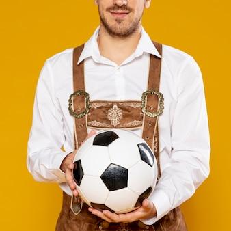 Vista dianteira, de, homem, segurando uma bola