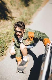 Vista dianteira, de, homem, skateboarding
