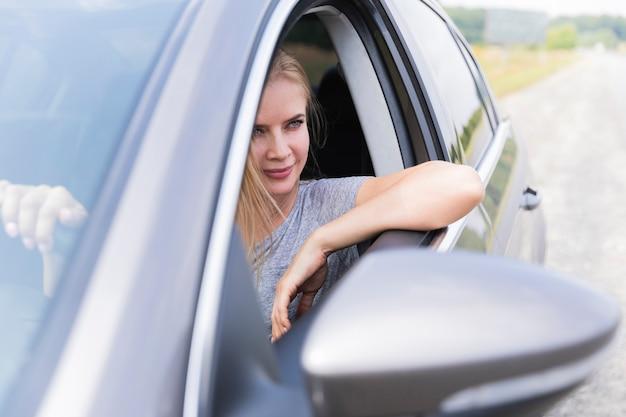 Vista dianteira, de, loiro, mulher dirigindo