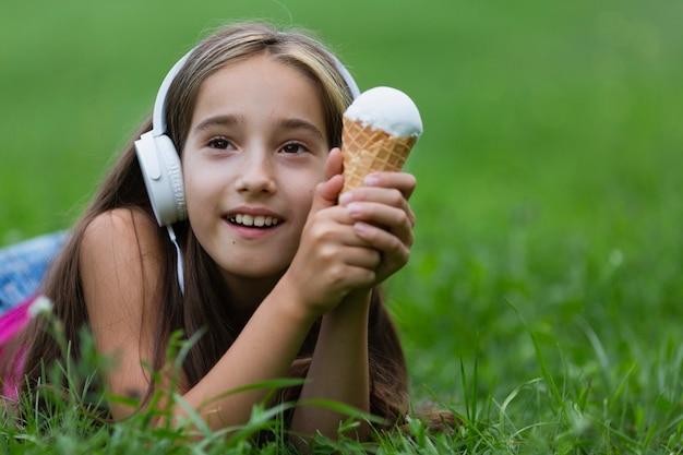 Vista dianteira, de, menina, com, sorvete baunilha