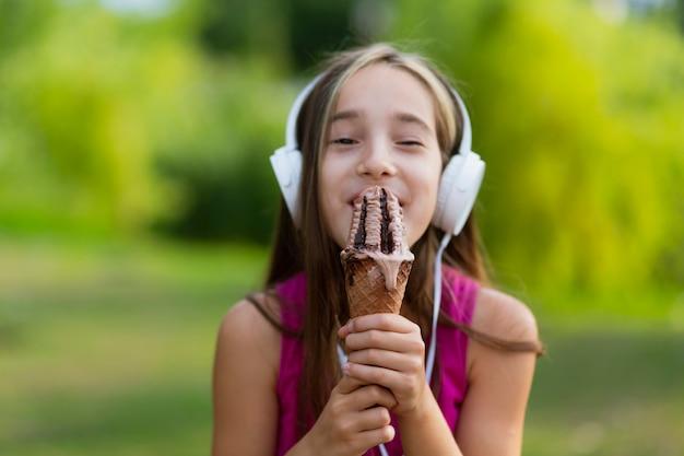 Vista dianteira, de, menina, comer, sorvete