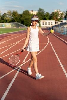Vista dianteira, de, menina, jogando tênis
