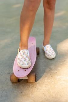 Vista dianteira, de, menina, ligado, skateboard