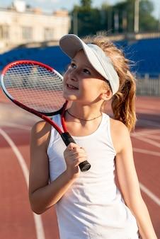Vista dianteira, de, menina, segurando, raquete tênis
