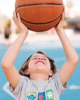 Vista dianteira, de, menino, basquetebol jogando