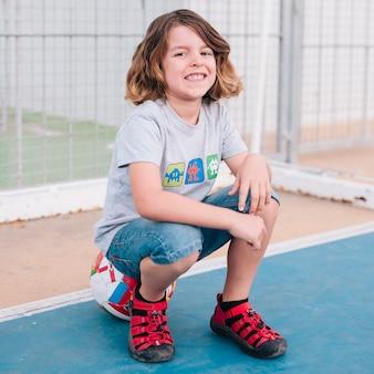 Vista dianteira, de, menino sentando, ligado, bola