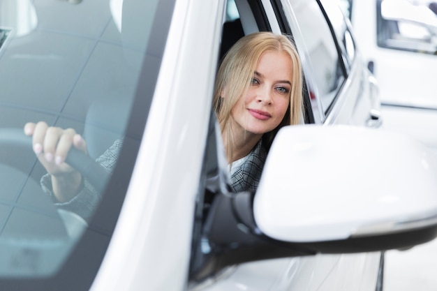 Vista dianteira, de, mulher carro branco
