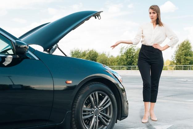 Vista dianteira, de, mulher, e, carro preto