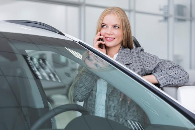 Vista dianteira, de, mulher fala telefone