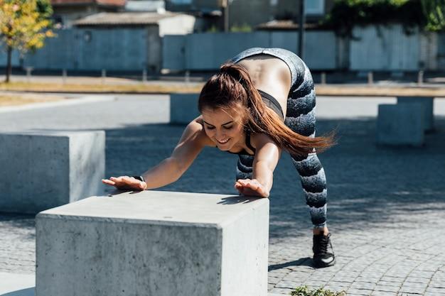Vista dianteira, de, mulher, fazendo, aquecimento, exercícios