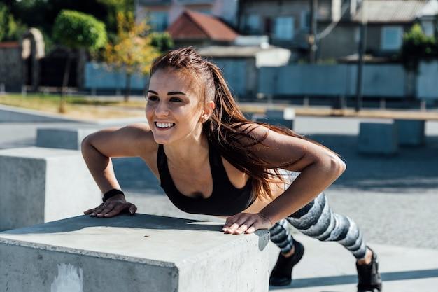 Vista dianteira, de, mulher, fazendo, push-ups