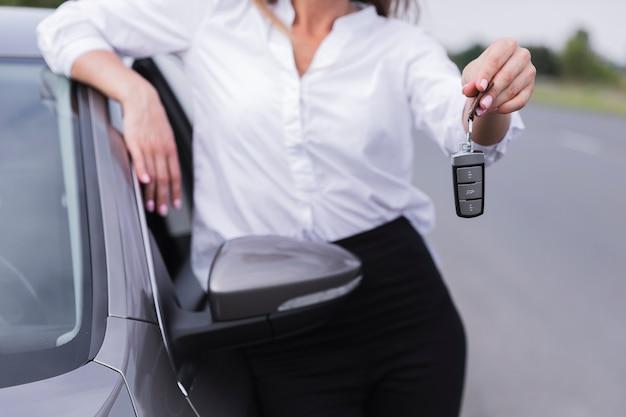 Vista dianteira, de, mulher segura, teclas carro