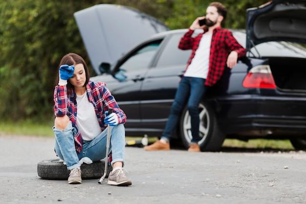 Vista dianteira, de, mulher senta-se, ligado, pneu