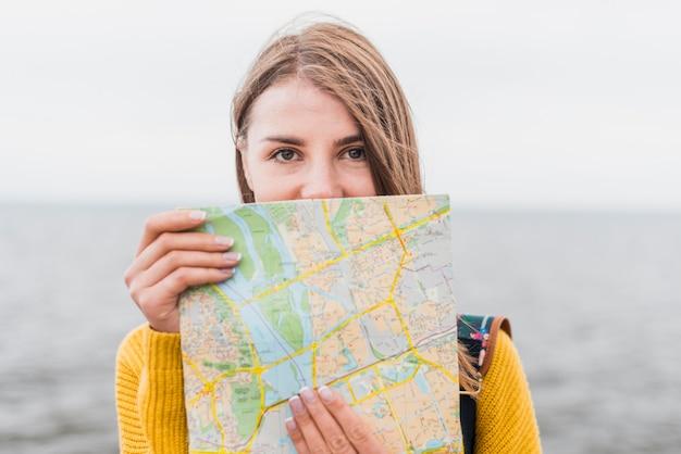 Vista dianteira, de, mulher viajando, segurando, mapa