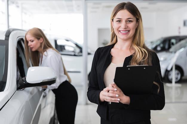 Vista dianteira, de, mulheres, em, dealership