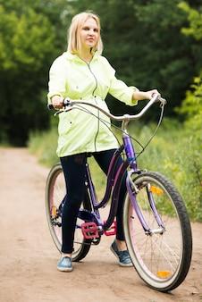 Vista dianteira, de, um, mulher bicicleta
