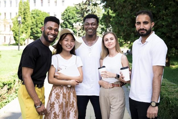 Vista dianteira, de, um, multiracial, grupo amigos