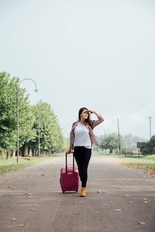 Vista dianteira, de, viajante, com, dela, bagagem