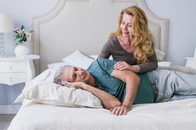 Vista dianteira, homem sênior, e, mulher, cama