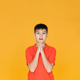 Vista dianteira, menino jovem, orando