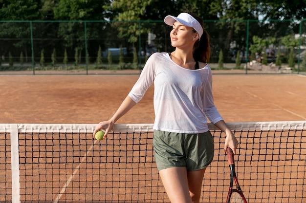 Vista dianteira, mulher, ligado, quadra tênis