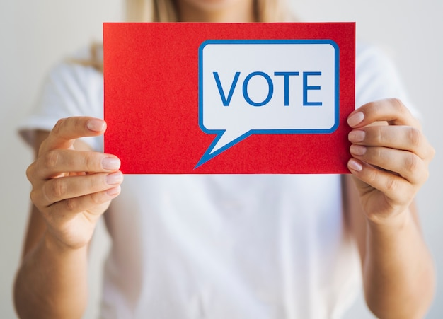 Vista dianteira, mulher segura, um, votando, mensagem