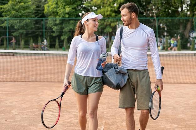 Vista dianteira, par, ligado, quadra tênis