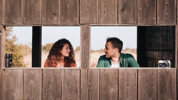 Vista dianteira, par, olhando um ao outro