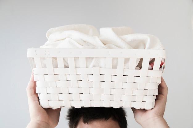 Vista dianteira, pessoa, segurando, cesta lavanderia, ligado, cabeça