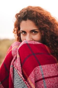 Vista dianteira, retrato, de, um, mulher, com, um, cobertor