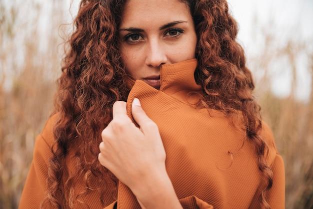 Vista dianteira, retrato, de, um, mulher, em, casaco trincheira