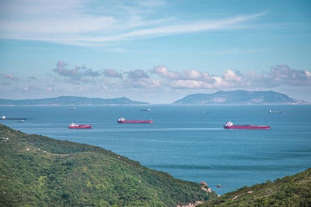 Vista distante do navio de carga perto da costa