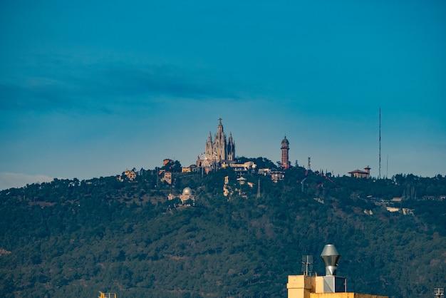Vista distante do templo expiatori del sagrat cor em barcelona.