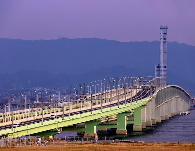 Vista do aeroporto de osaka com a ponte cruzada para pousar