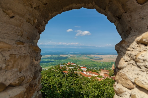 Vista do alazani dalyna da fortaleza. antiga muralha da cidade de pedras com torres ao redor de uma cidade sighnaghi. kakheti. geórgia. é a cidade do amor na geórgia.
