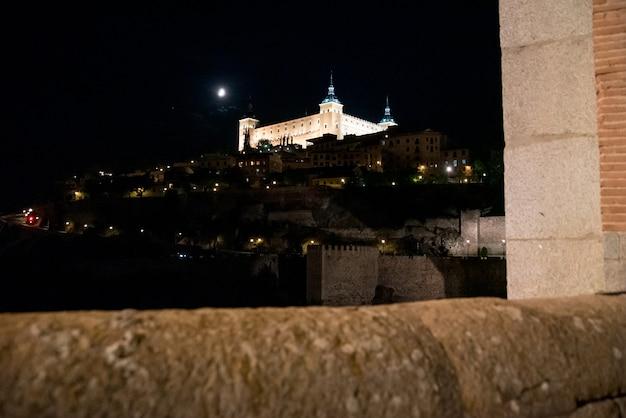 Vista do alcázar de toledo iluminada à noite.